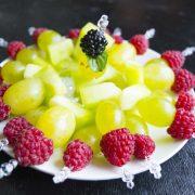 плодови шишчета със сезонни плодове