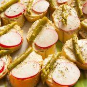 Плато брускети с хумус, мариновани аспержи и репички