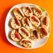 Плато брускети с хумус, сушен домат и слънчогледови семки